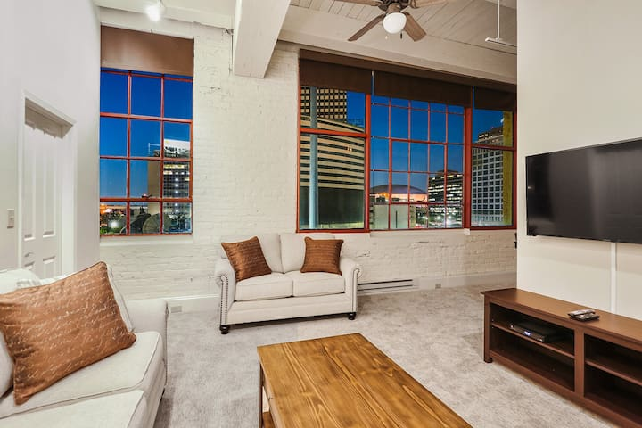 Picturesque Downtown Condo-Close to Everything!