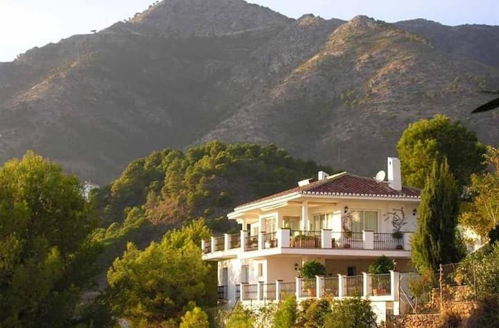 6 Bedroom villa with sea views in Mijas
