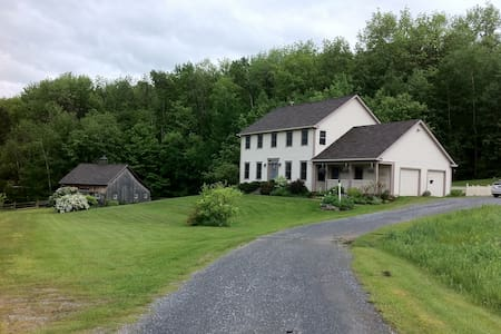 Suite w/ lovely mountain views in private setting - Hinesburg - 一軒家