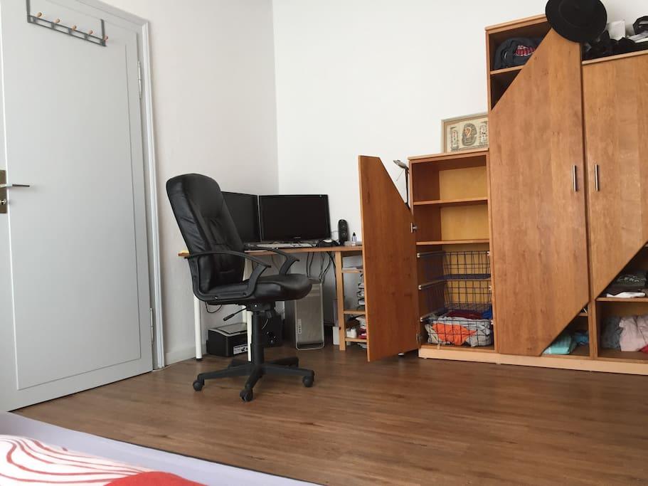 Schlafzimmer (deine ablagefächer und Schreibtisch)
