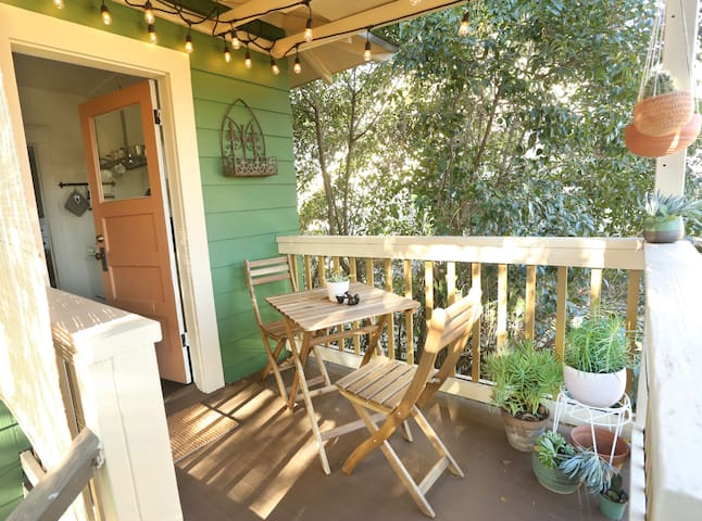 Central Highland Park Studio with Full Kitchen