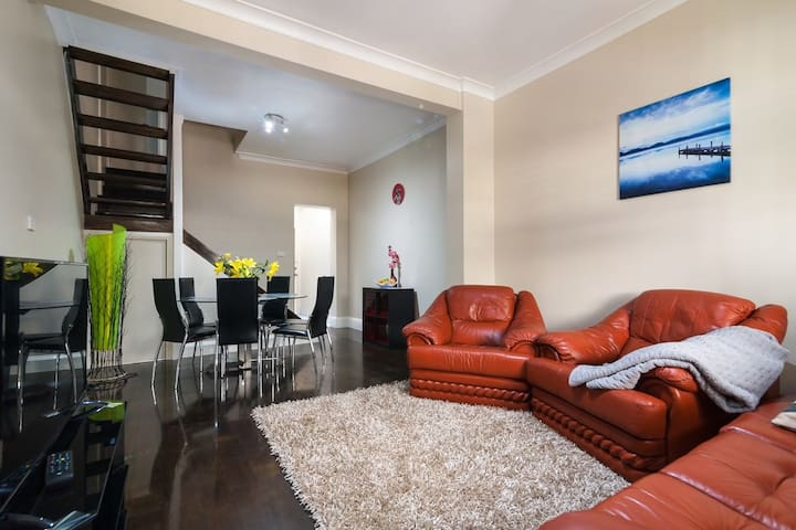 Walk to Opera House! CHIC TERRACE! Great location!