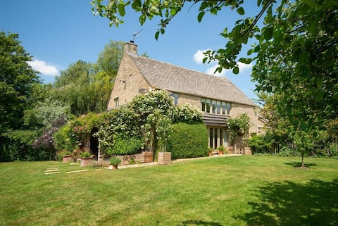 Stunning Lakeside Barn Conversion, Prime Cotswolds