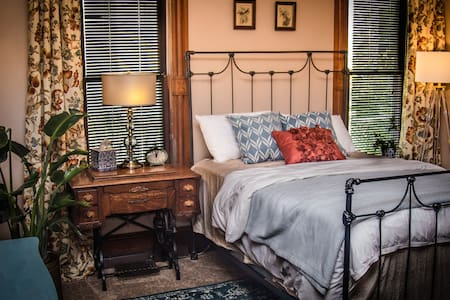 TheLegacyHouse: Historical Suite Close to Downtown