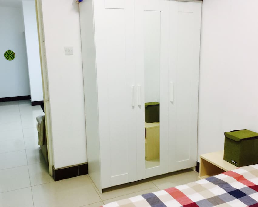 这是次卧的衣柜,就是想让出这间给有缘的小伙伴住了