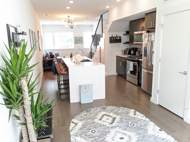 Modern & Spacious East- Downtown 2 BR Townhouse