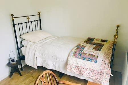 Single room in old Suffolk thatched cottage