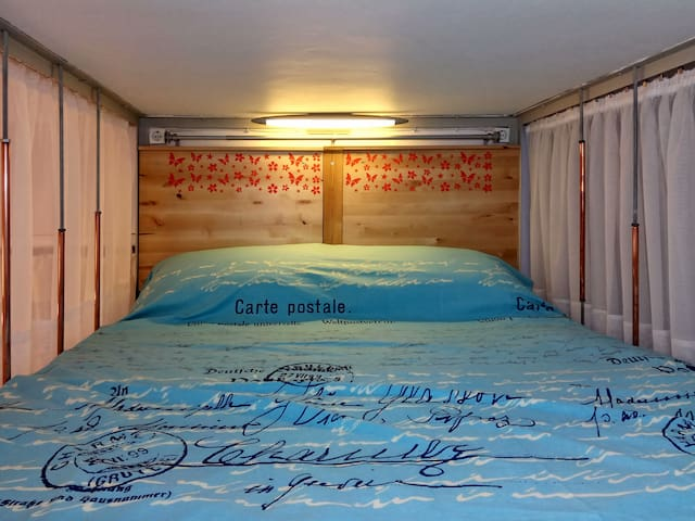 The loft double comfortable bed is firmly fixed with iron beams at the walls as well as at the ceiling . To υπερυψωμένο διπλό κρεβάτι είναι γερά στερεωμένο στους τοίχους και στο ταβάνι με σιδερένια δοκάρια.