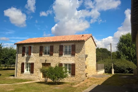Stone cottage in a garden close to the woods - Champagné-Saint-Hilaire - Dom