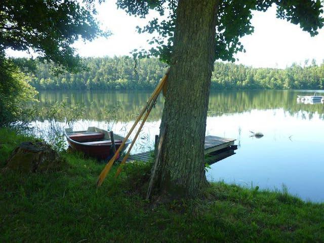 Eget gästhus i stor trädgård vid sjön Uttran