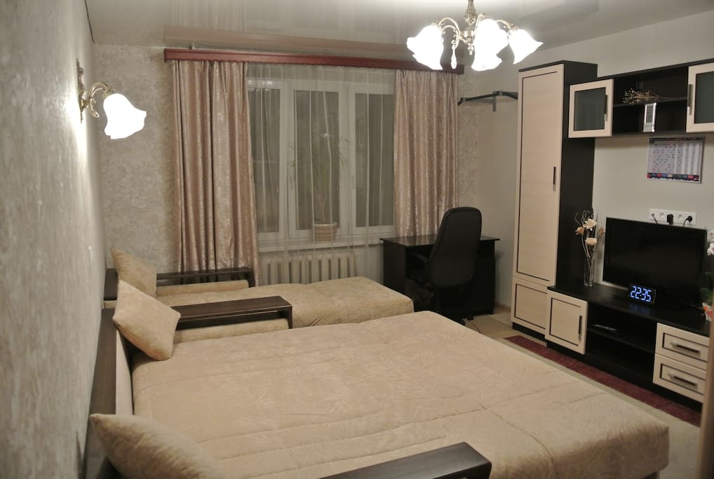 Спальня с огромным диваном 2,2 на 2,2 метра и раскладным кресло - кроватью