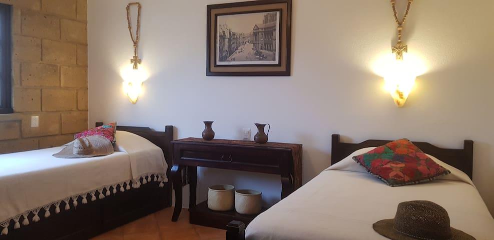 Habitación planta baja tv, ventilador, 2 camas individuales, comparte baño de planta baja.