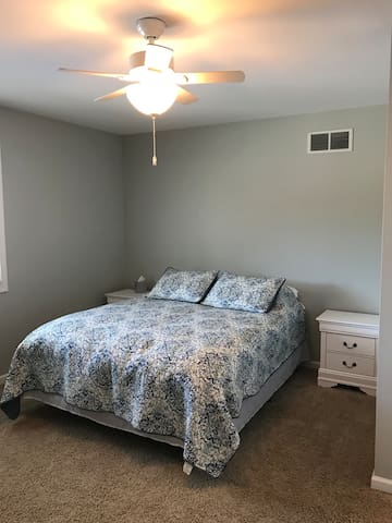 1st Bedroom Main Floor, Queen