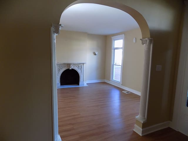 Clean Room for rent near downtown - Baltimore - House