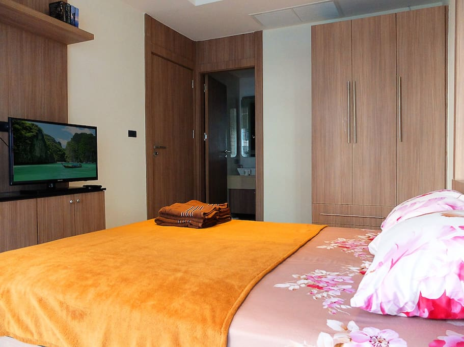 Sea-view bedroom with queen-size bed, TV, A/C, wardrobe
