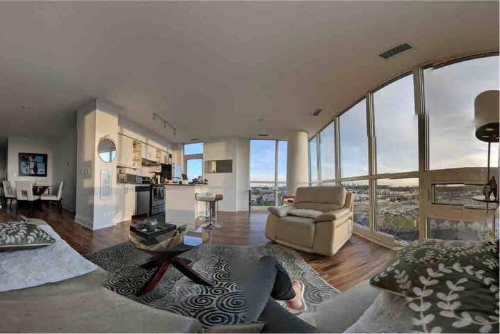 Luxury Penthouse w/ 270* Amazing Views of Toronto