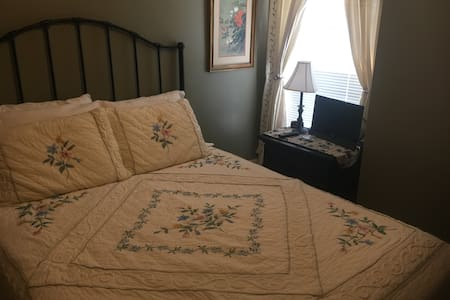 Bayberry House Bed and Breakfast Queen Room with Private Bath with tub/shower