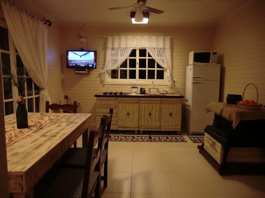 Foto parcial da cozinha completa com todos utensílios
