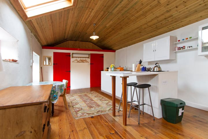 Cosy River Cottage - 2 (+ sofa bed for 2 extra)