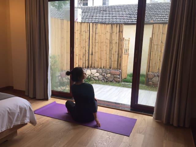 可以临院瑜伽,也可以去院子里瑜伽