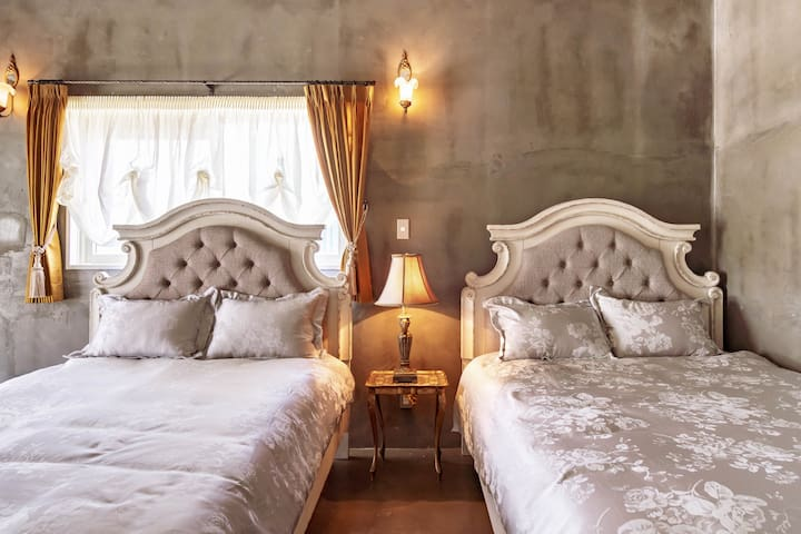 Please sleep deeply with spacious double beds at main 2guest rooms.  メインゲストルーム2部屋には大きなダブルベッドをご用意しています。 どうぞゆっくりとお休みください。