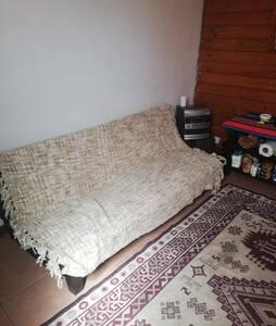 Sofá cama en casita acogedora y tranquila.