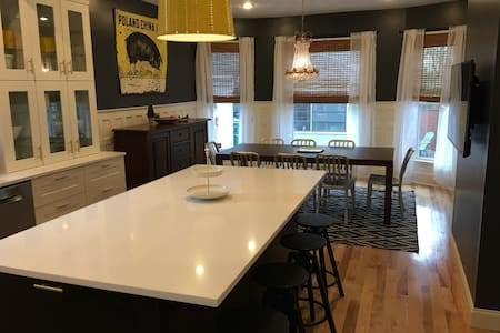 Perfect Location * New Kitchen * Ideal For Groups - 布法罗 - 独立屋