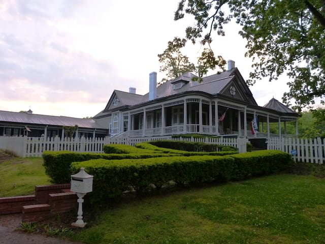 Historic 1890's Bed & Breakfast Lincoln Room