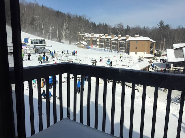 Slope side condo at base of Okemo - ラドロー - アパート