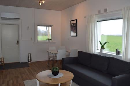 Lantlig gäststuga med altan, Båstad, Mellbystrand - Edenberga