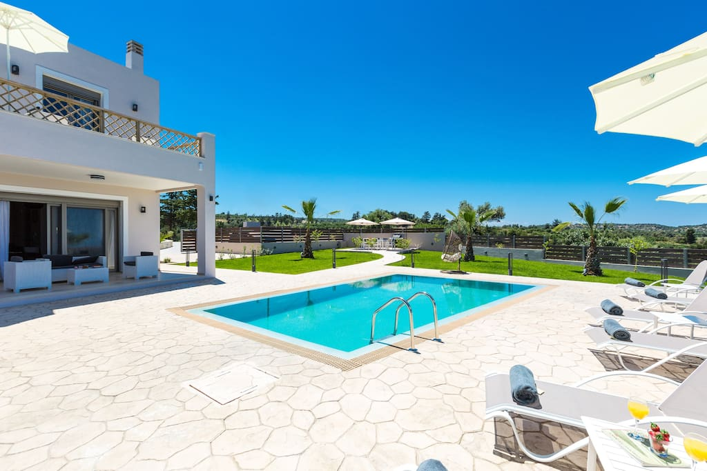 35 sq. m private heated swimming pool with sun beds, umbrellas and sitting areas