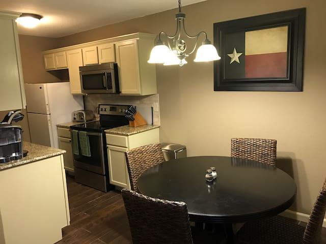 Cozy 2 Bedroon, 1 Bath Apartment - close to A&M. - College Station - Apartament