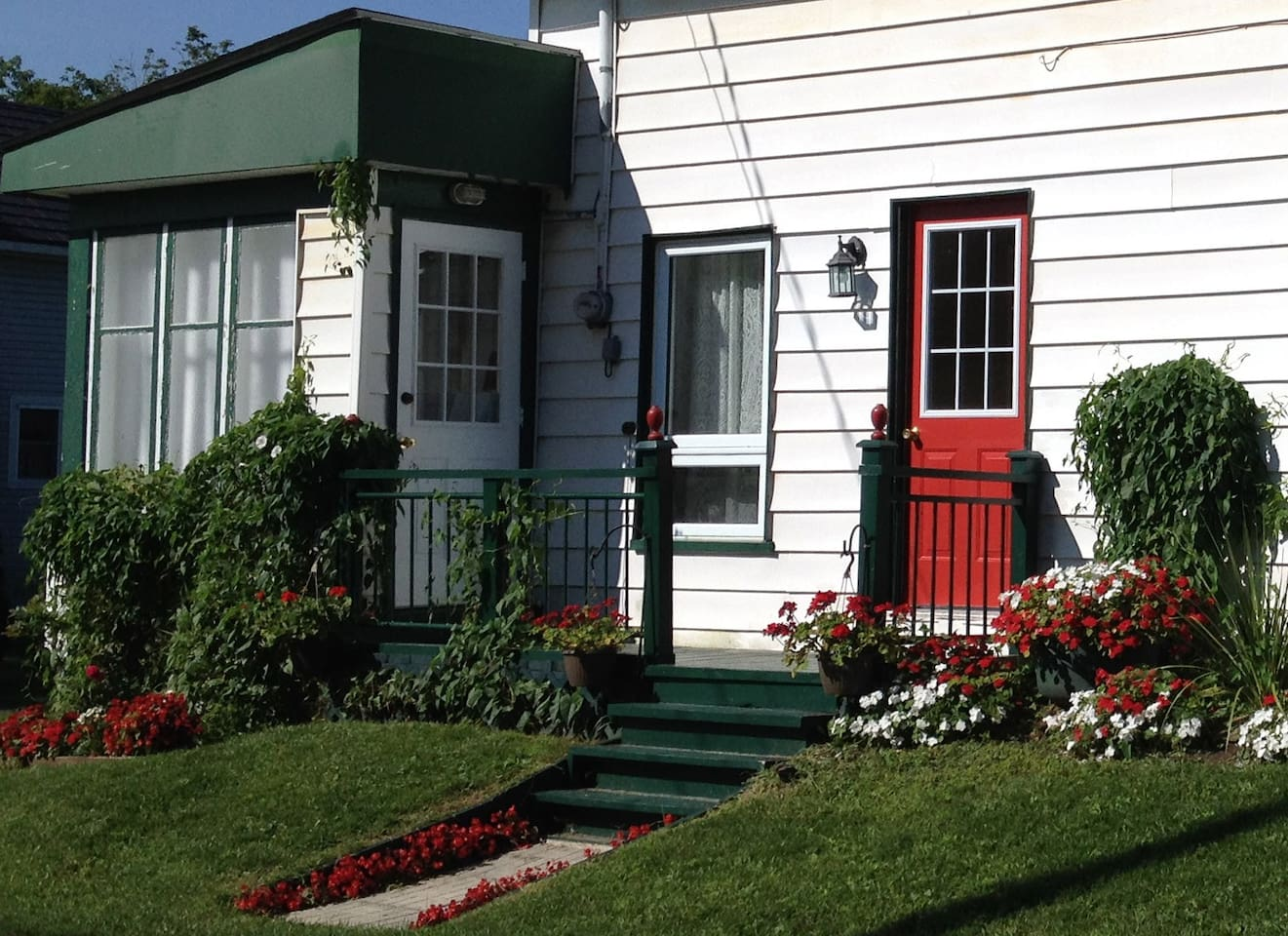 Our cozy century home is located in the heart of historic Merrickville steps from restaurants, shopping and attractions. The white door provides private keyless entry to your private room with en suite bath.