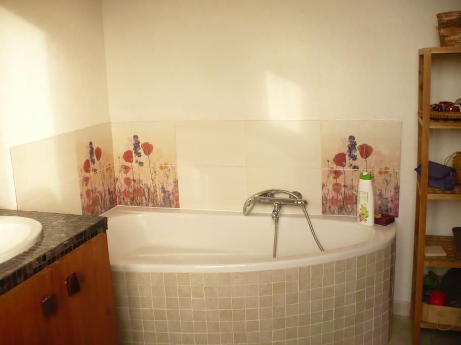 Une salle de bain cosy où l'on a envie de rester !