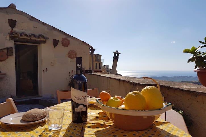 South Italy, aperta al sole, al vento, agli amici - Badolato - Huis