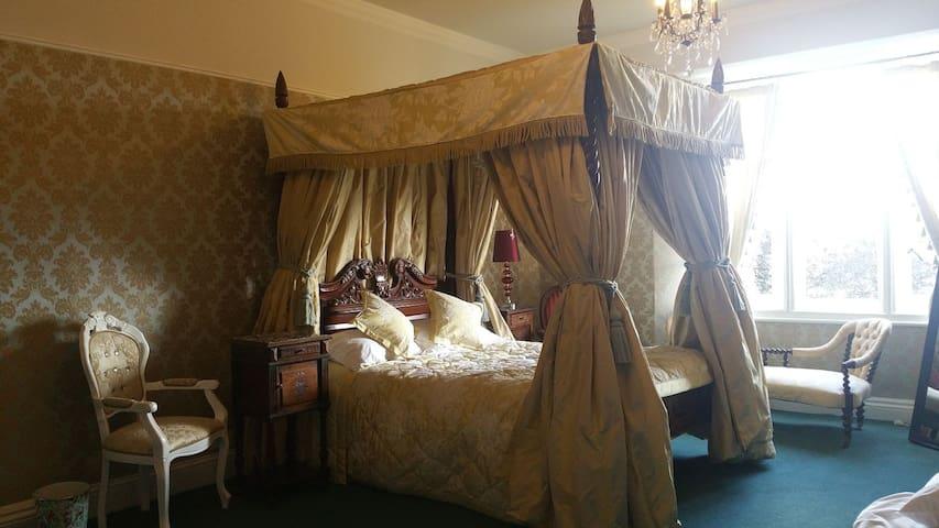 Huge ensuite bedroom midweek city  breaks and work