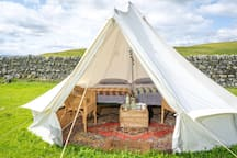 Boutique Bell Tent. Twin beds. Dog Friendly. Real beds and mattresses, fleecy cosy linen, electric socket, towels, kettle & welcome basket on arrival. Camp fires welcome.