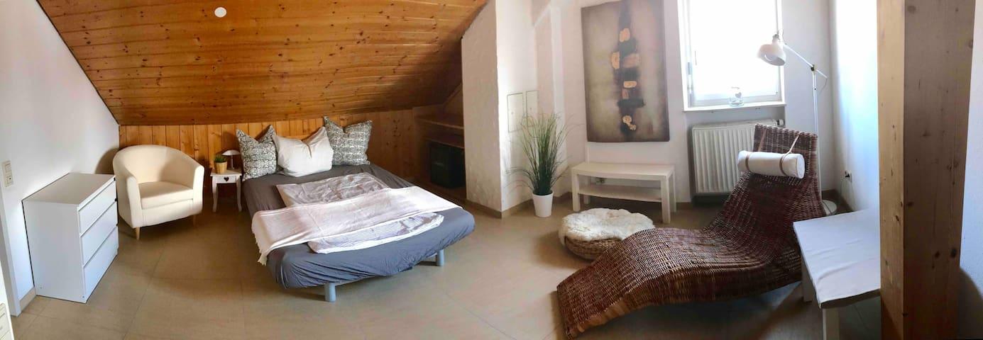 Gemütliches Zimmer 1 mit Direktzugang zum Bad.
