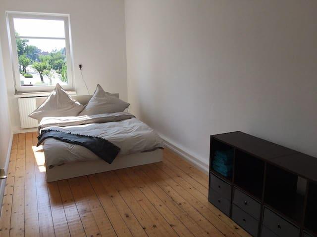 Zimmer 3 Schlafzimmer, Zutritt vom Zimmer 4. Bett 140 x 200