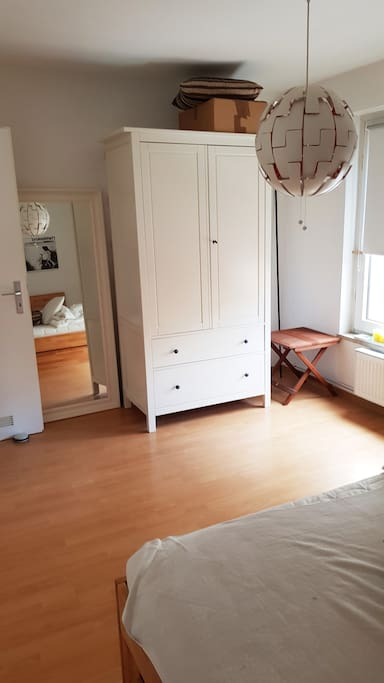 Schlafzimmer Schrank und Spiegel