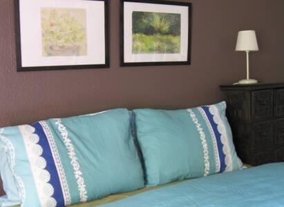 Chambre avec petit balcon dans maison avec jardin - House