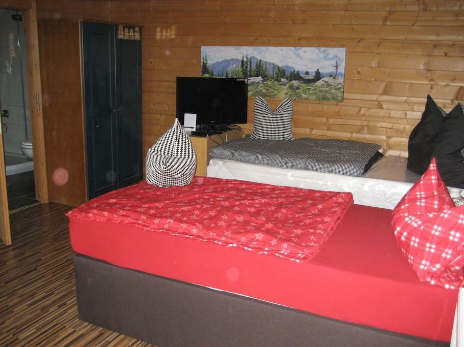 Neue Einzelbetten von je 2x1 Meter für einen erholsamen Schlaf. Natürlich gibt es auch einen Fernseher.