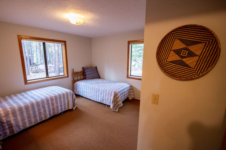 Third bedroom with 2 single beds.