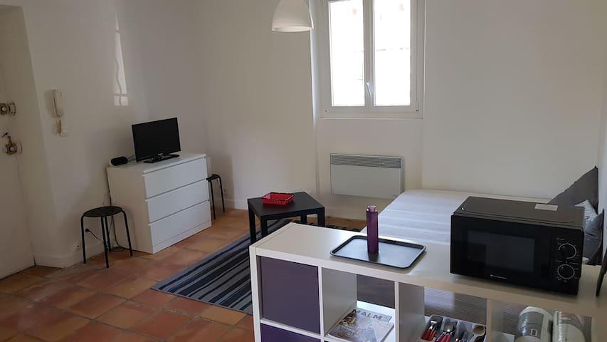 Studio dans une maison ancienne à Le Rouret