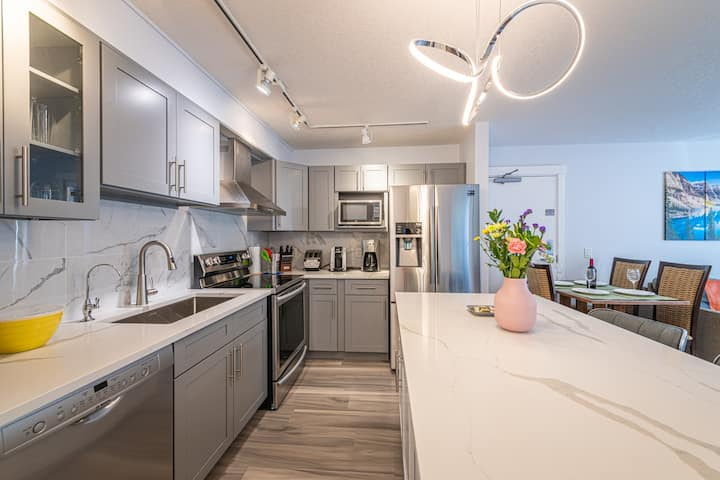 WindTower  Luxurious  1 BR Suite - Family Only