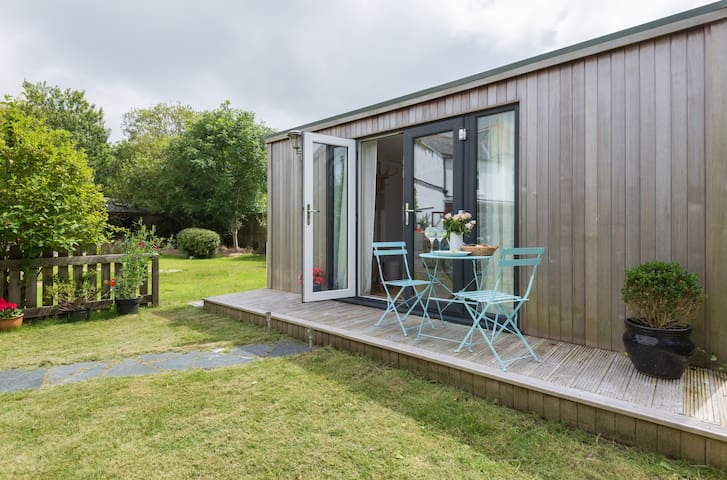 Stylish, detached garden room in Rock