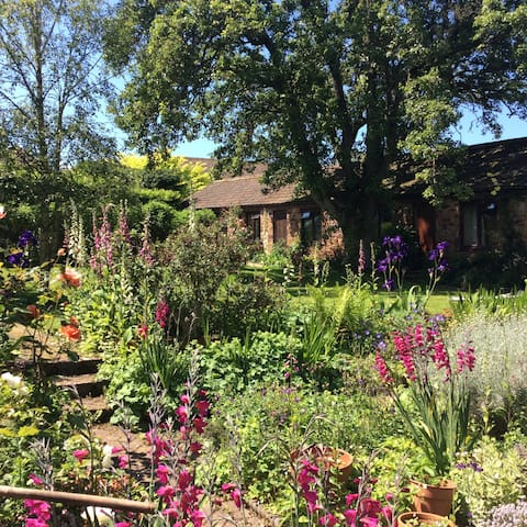 The Old Stables: Rustic Charm & Pretty Gardens