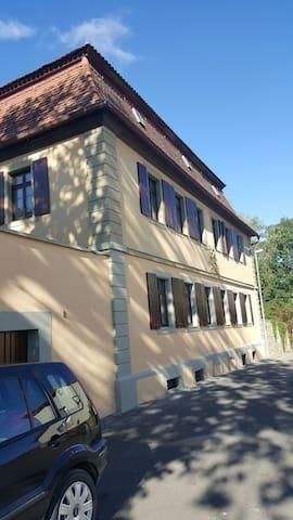 Pfarrhaus : 2 Schlafzimmer + Wohnzimmer &Duschbad