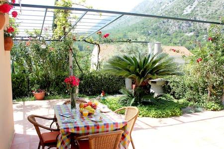 Charming Garden Getaway - Komolac