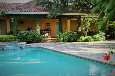 Tropical & Private Bungalow/Pool - Miami Springs